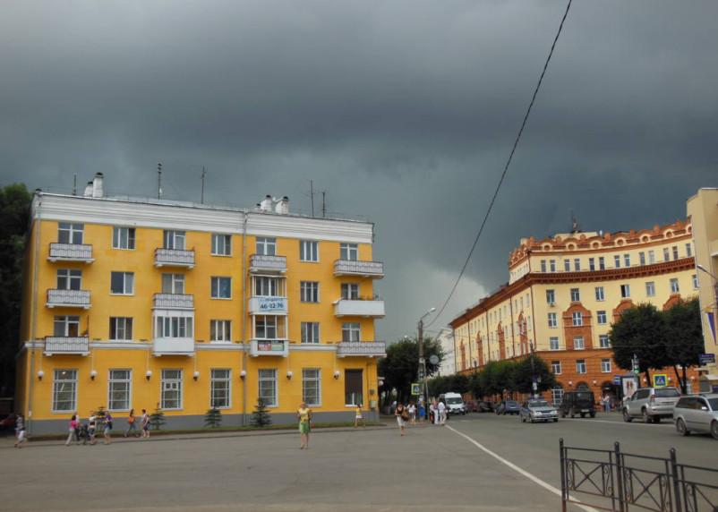 В Смоленской области в ближайшие часы жара может смениться грозой и градом