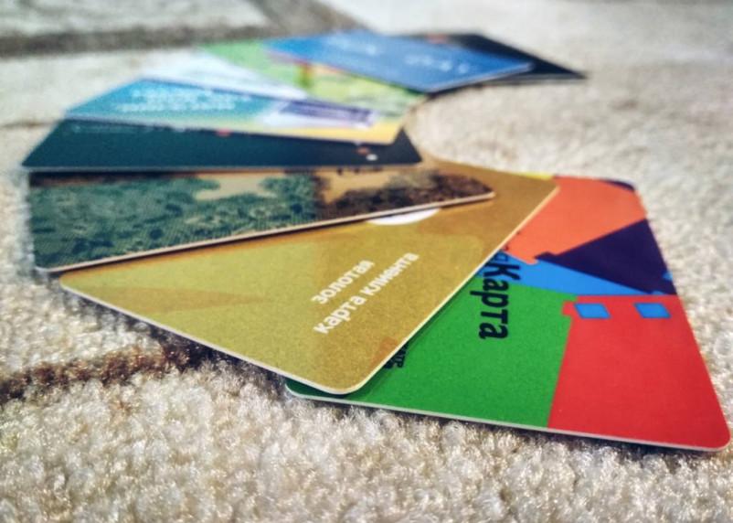 Вязьмич во время драки в кафе украл банковские карты клиента