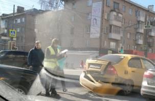 В Смоленске столкнувшиеся авто затрудняют проезд