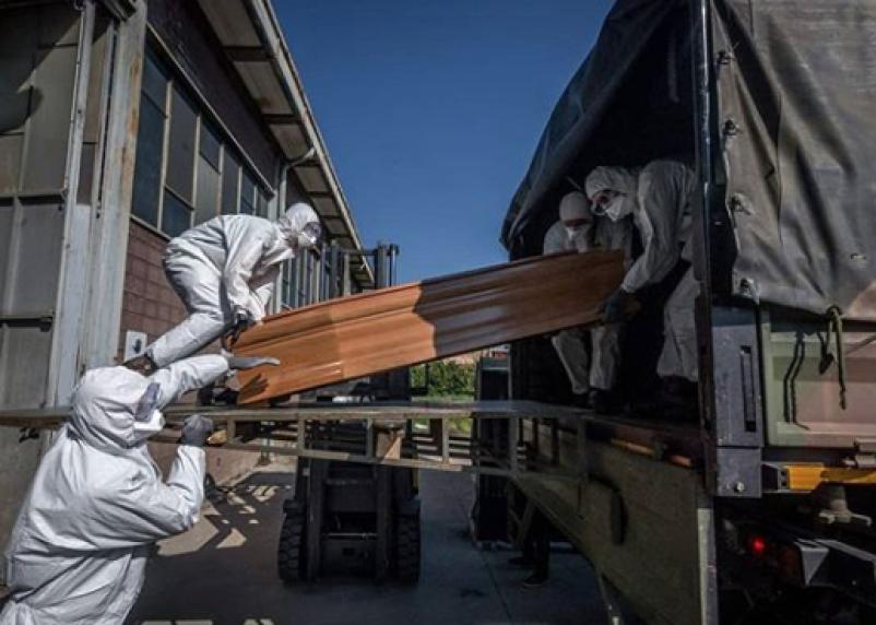 Гробы в военных машинах. Карантин в Италии в фотографиях