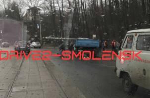 В Смоленске упал столб на автомобиль