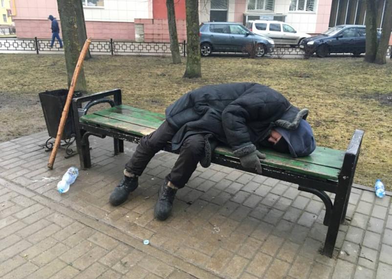 В Рославле толпа подростков зверски избила мужчину. Видео появилось в Сети