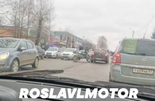В Рославле произошло жёсткое ДТП с мотоциклом