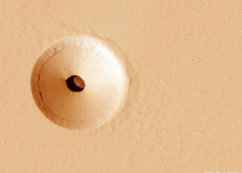 Ученые обнаружили в поверхности Марса странное отверстие
