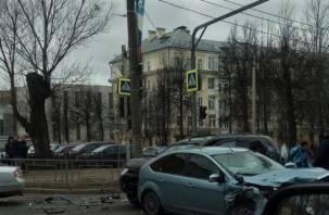 Проезд затруднен. На проспекте Гагарина жестко схлестнулись три автомобиля