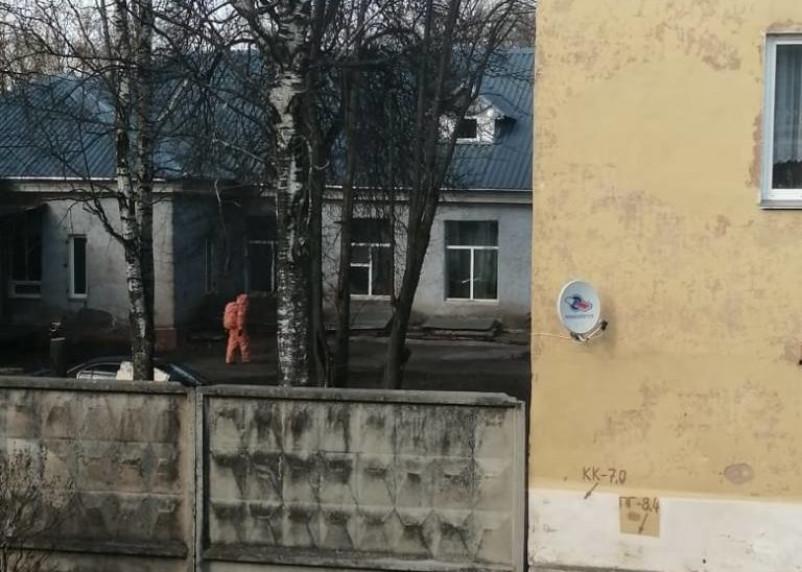 В Вязьме сняли на видео дезинфекцию дома престарелых от COVID-19