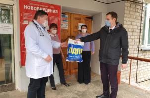 «Стоп, снято!» Сенатор Леонов устроил самопиар на раздаче медицинских масок