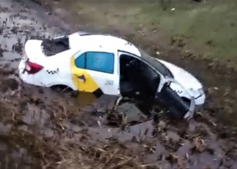Такси под Смоленском улетело с дороги в болото