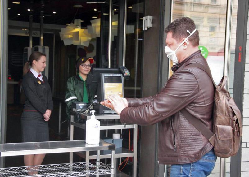 Нужно ли носить маску на улице и штрафуют ли за ее отсутствие. Выясняем подробности