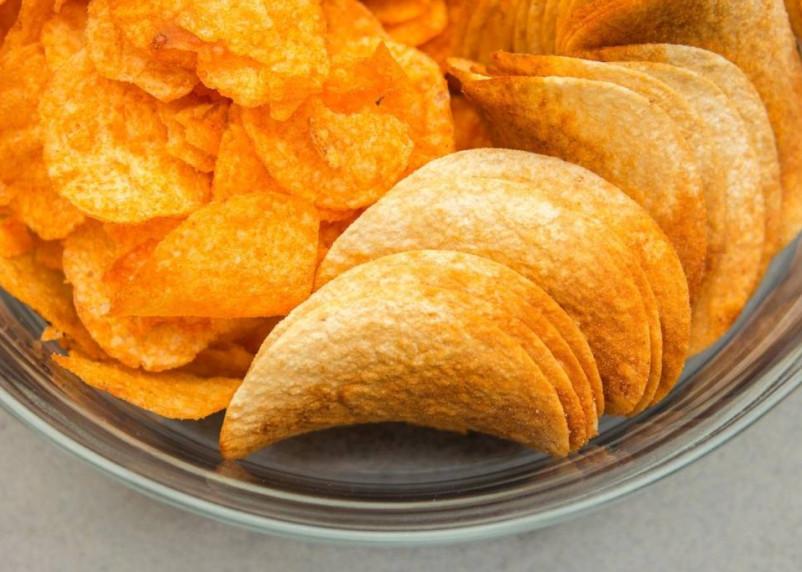 Диетолог развеял популярный миф о вреде чипсов