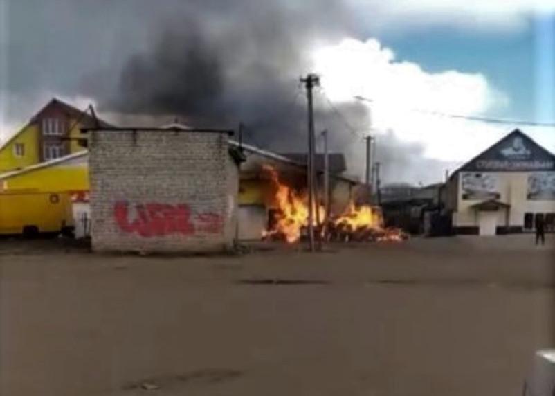 На Смоленщине огонь повредил здание магазина. В Сети появилось видео