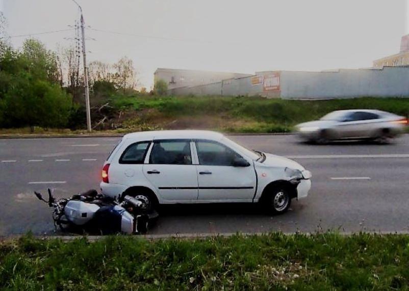 Не уступила дорогу. В Смоленске мотоциклист попал под колеса автомобиля