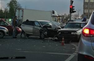 Перед в хлам. В Смоленске произошло жесткое столкновение двух автомобилей