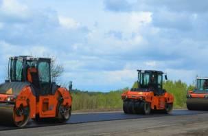 На участке дороги под Смоленском приступили к устройству выравнивающего слоя покрытия