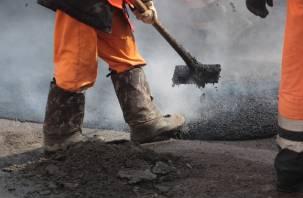 В Смоленской области продолжается ямочный ремонт дорог