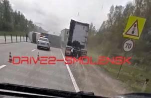 Под Вязьмой грузовик вылетел на встречную полосу и перегородил проезд