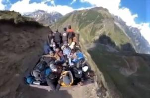 «Ковер-самолет» в горах: пользователей Сети заинтересовала оптическая иллюзия