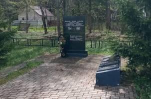 Сотрудники Смоленскавтодора вместе с активистами ОНФ привели в порядок территории мемориалов