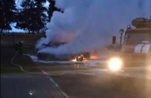 Огонь уничтожил два автомобиля. В Сети появилось видео пожара в Смоленском районе