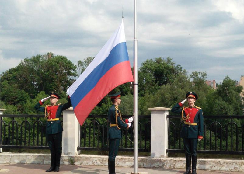 На набережной в Смоленске подняли государственный флаг России