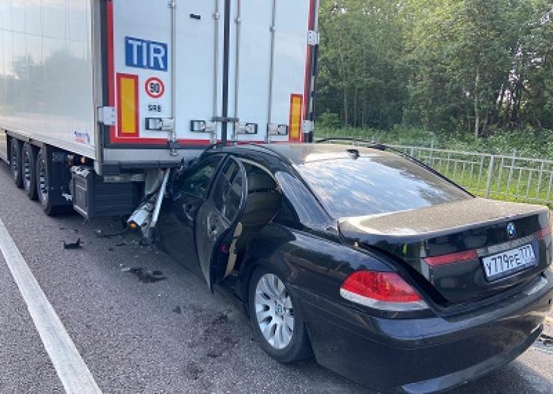 В Смоленской области иномарка влетела под фуру. Пассажирка легковушки попала в больницу
