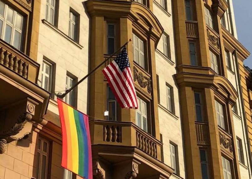 МИД РФ пошутил про флаг ЛГБТ на здании посольства США