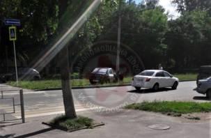 В Смоленске легковой автомобиль протаранил столб