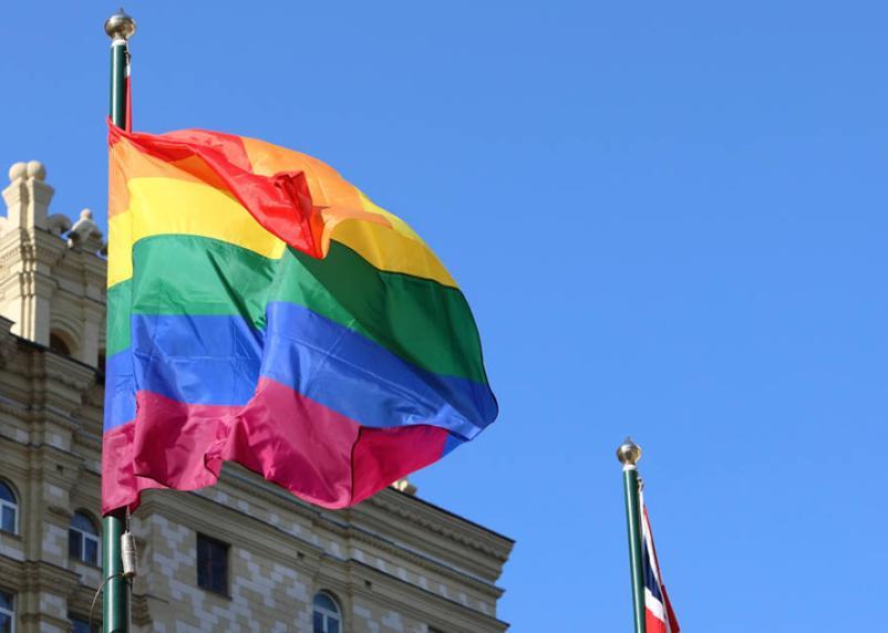 Странный флешмоб: посольство Великобритании в Москве вывесило флаг ЛГБТ