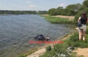 В Смоленске автомобиль скатился в озеро