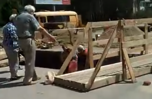 В Рославле женщина упала в огромную яму во время ремонта трубопровода