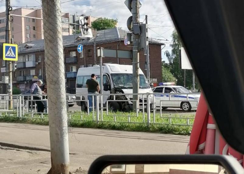 Маршрутка протаранила столб в Смоленске