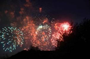 Праздничный фейерверк вечером украсит небо над Смоленском