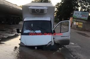 Фургон ушел под землю. Очевидцы сняли на видео дорожный провал в Смоленске