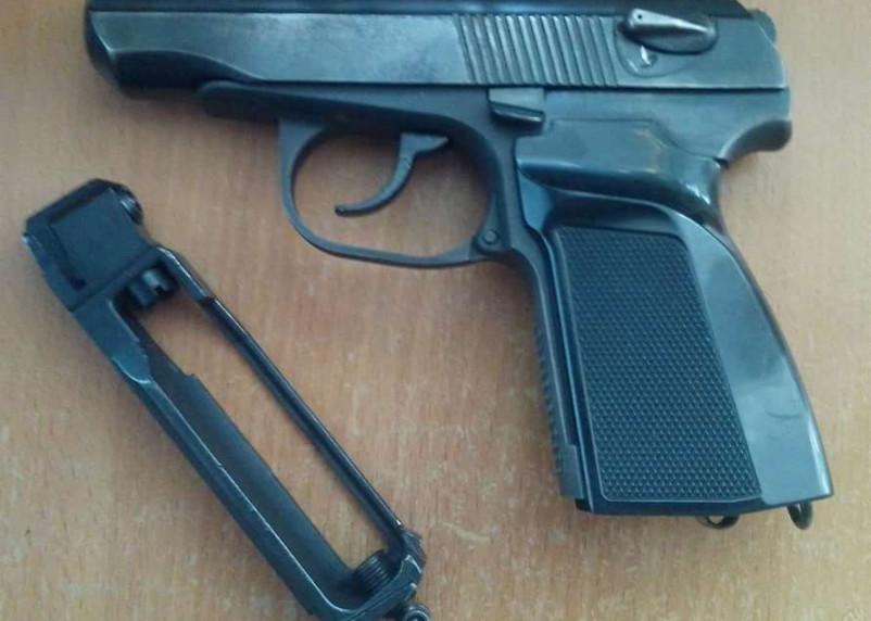 Угрожал таксисту пистолетом. Житель Рославля предстанет перед судом