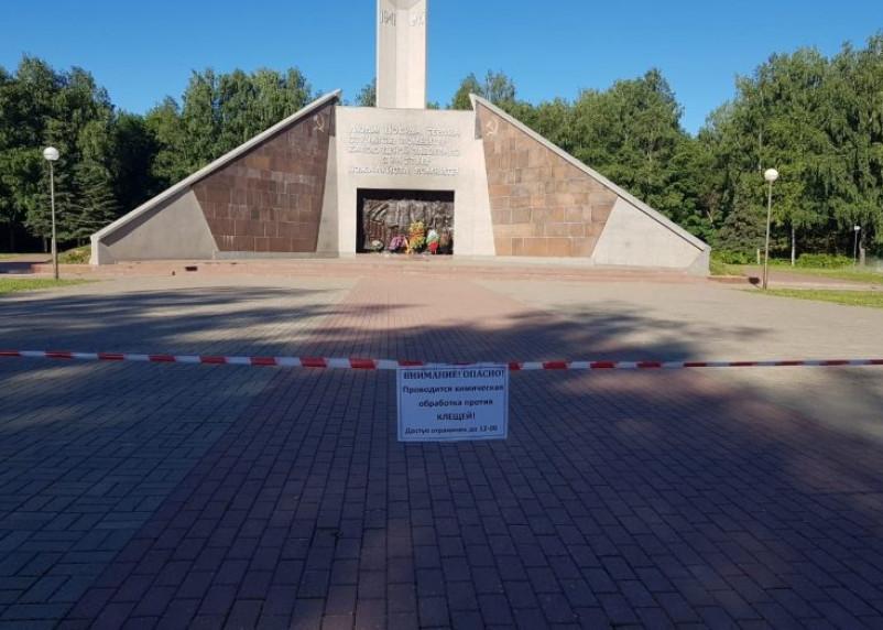 Парки в Смоленске обработают специальными средствами от клещей