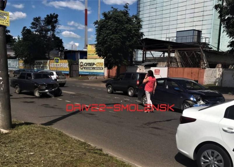 В Смоленске жестко столкнулись два легковых автомобиля