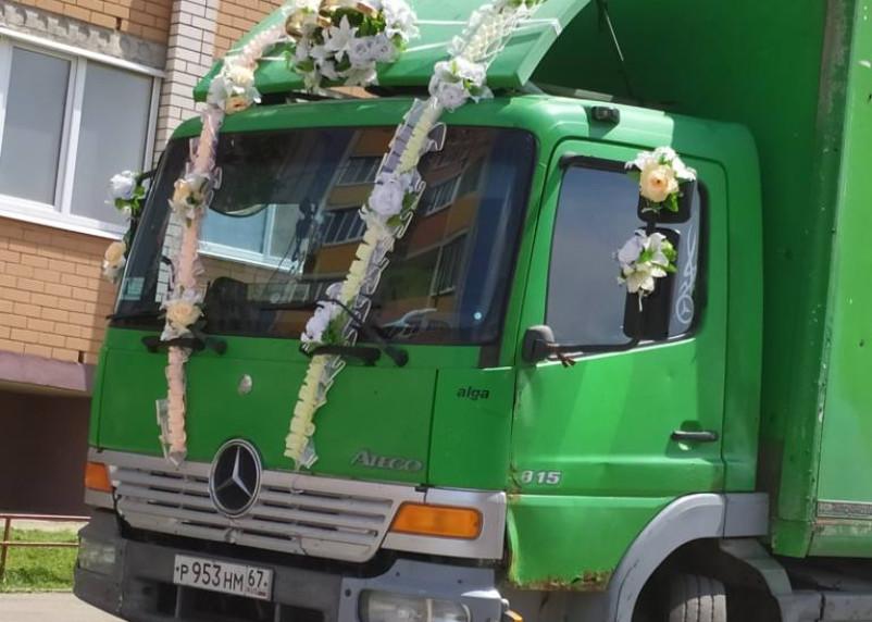 В Смоленске заметили свадебный фургон