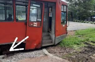 В Смоленске бордюр покалечил трамвай