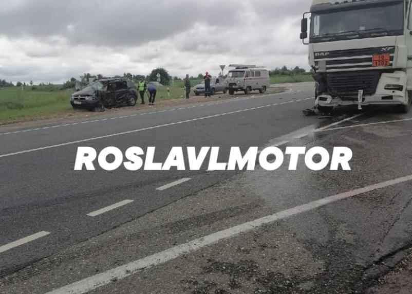 В Смоленской области иномарка врезалась в бензовоз