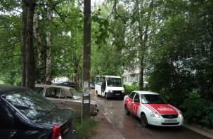 Жители недовольны: капитальный ремонт в Смоленске спровоцировал поток машин во дворах