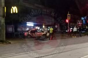 В ДТП у ТРЦ в Смоленске серьезно пострадал мотоциклист
