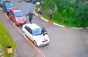 Компания молодых смолян устроила забег по крышам авто