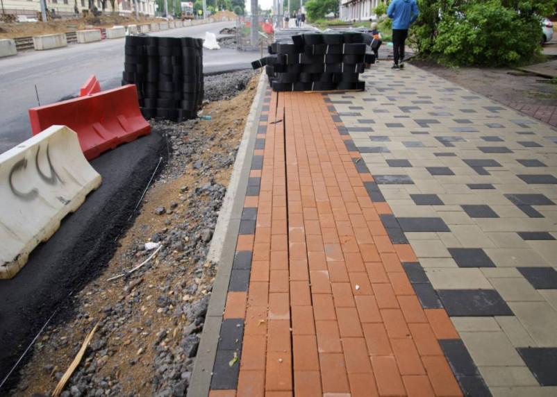 Уложенная в центре Смоленска плитка сквозит щелями