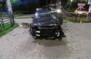 В Смоленске иномарка протаранила уличное ограждение