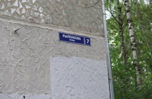 На жилых домах в Смоленске обновляют адресные таблички