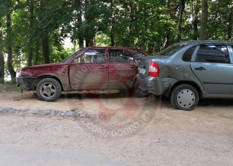В Смоленске неизвестные повредили два припаркованных авто