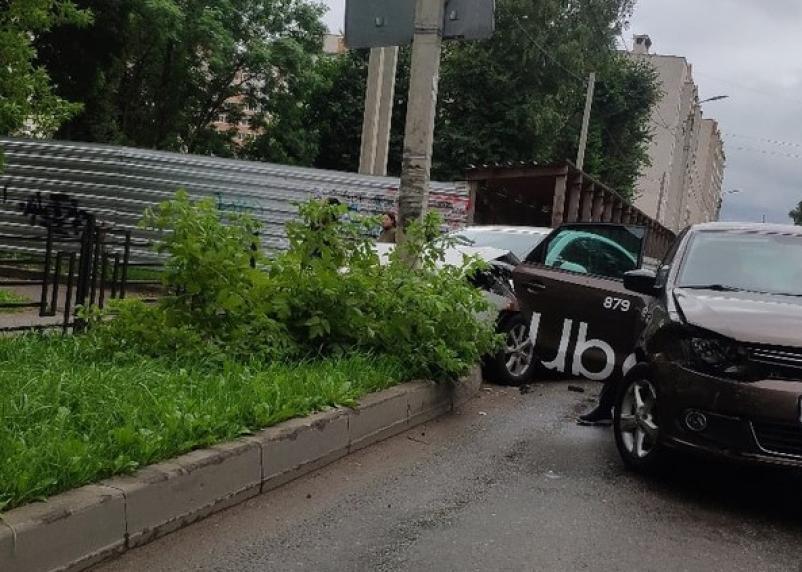 В Смоленске «Мазда» столкнулась с автомобилем и протаранила столб