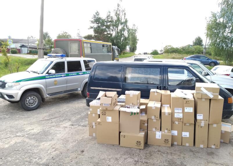 Смоленские пограничники задержали микроавтобус с «левыми» сигаретами