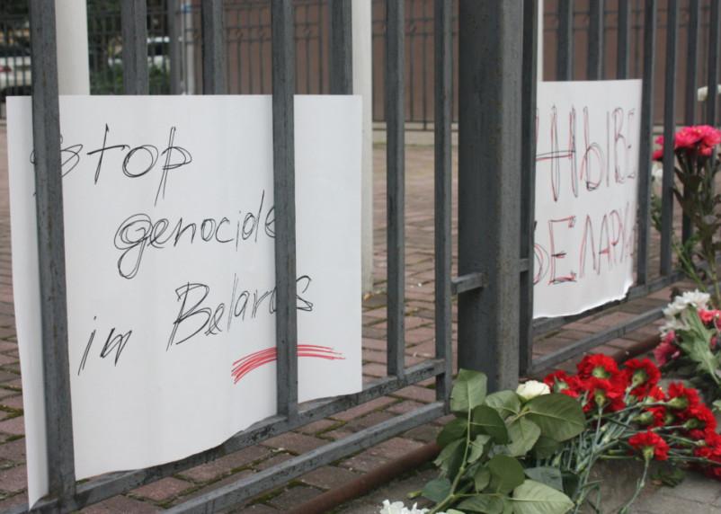 Смоляне несут цветы к отделению посольства Белоруссии