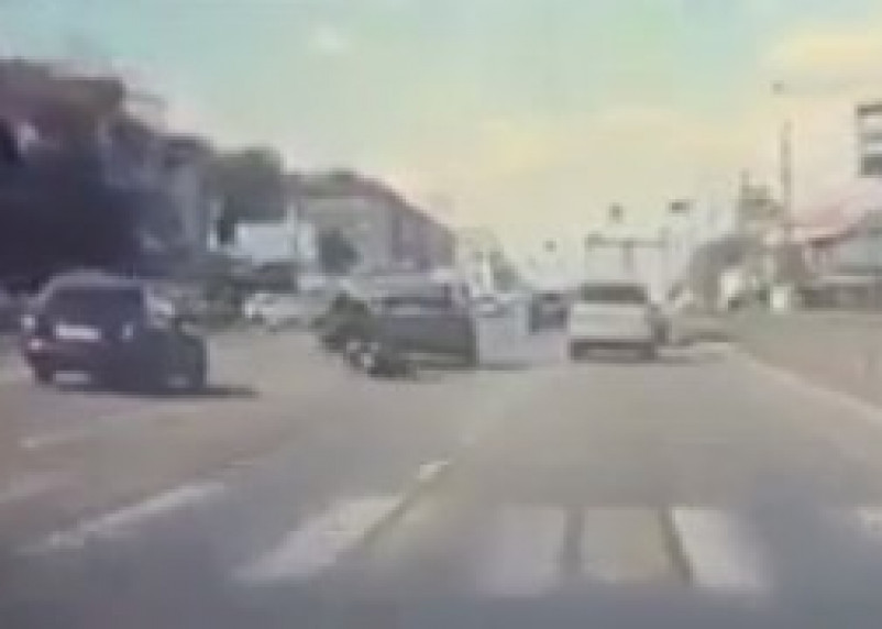 В Смоленске опубликовали видео жесткого ДТП со скутеристом